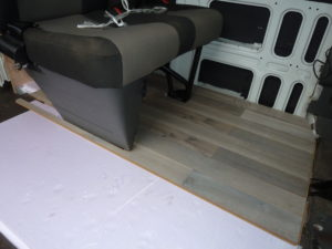 Styrodur im Camper Ausbau Iveco Daily Tisch Rücksitzbank Laminat